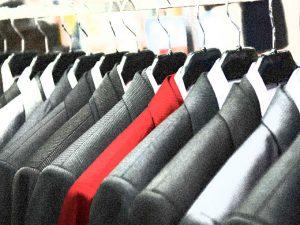 colbert aan kledinghangers op kledingrek