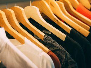 divers kleding aan kledinghangers